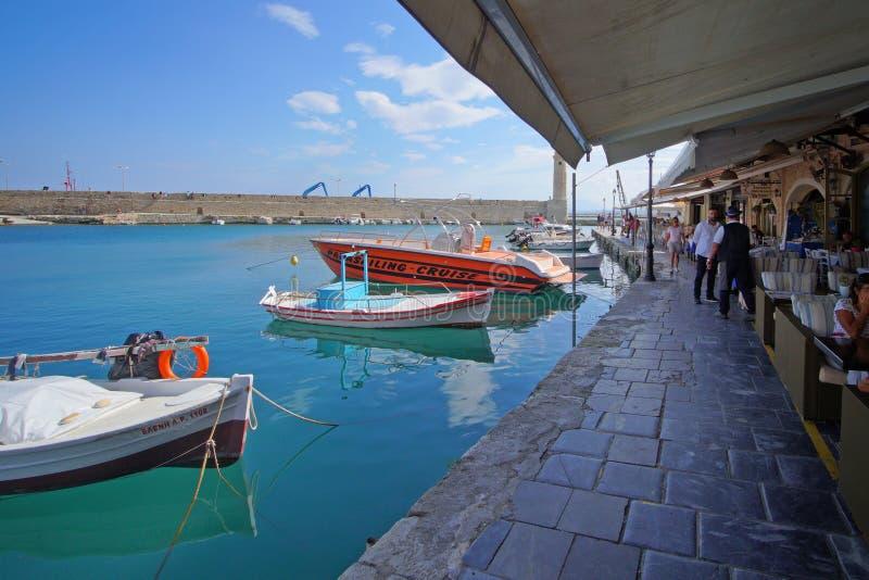 Rethymno, Griechenland, am 30. September 2018 Ansicht des Hafens von Rethymno mit seinen Geschäften und seinen Touristen stockfotos