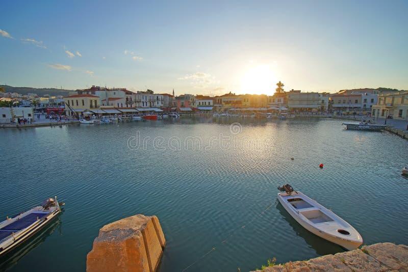 Rethymno, Griekenland, 30 September Weergeven van de baai van Rethymno met zijn boten, zijn winkels stock foto