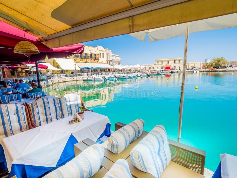 Rethymno, isla de Creta, Grecia, restaurantes venecianos viejos del local del puerto foto de archivo