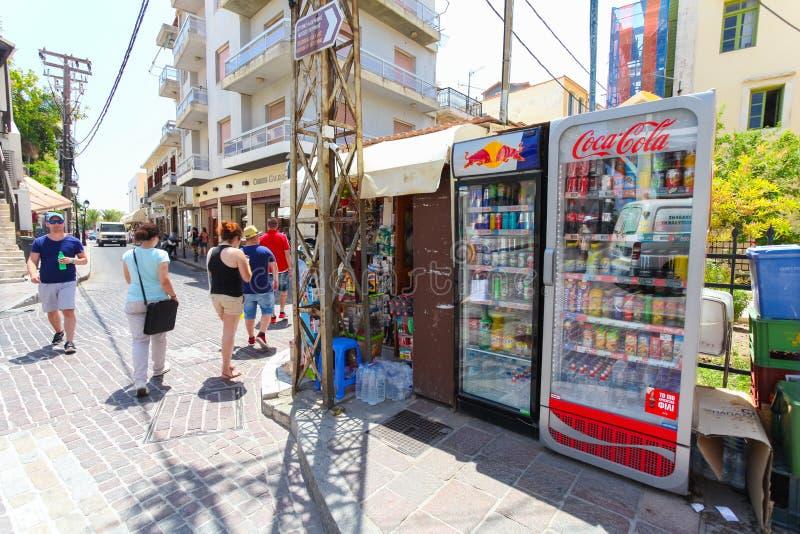 Rethymno, isola Creta, Grecia, - 23 giugno 2016: La piccola stalla del mercato con i frigoriferi della via con il vario freddo be immagini stock