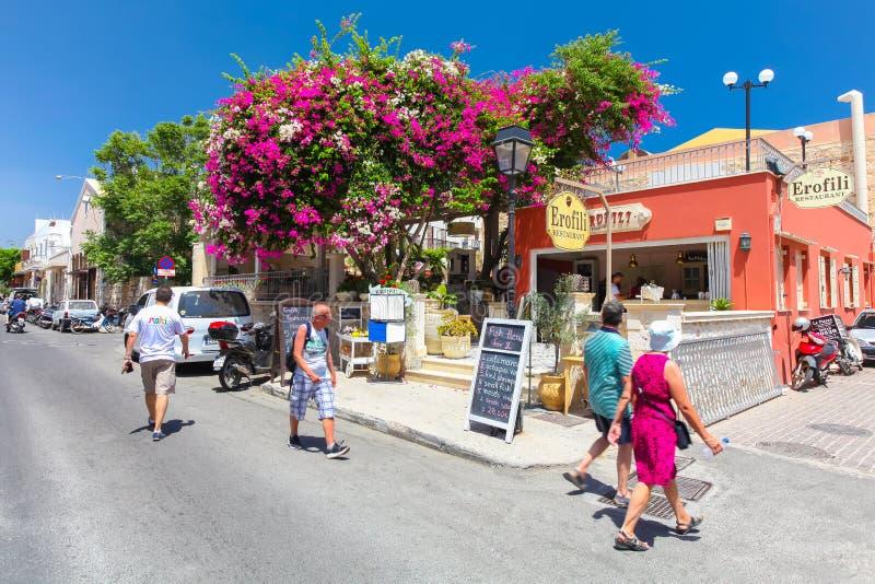 Rethymnon,海岛克利特,希腊, - 2016年7月1日:走在Rethymnon街道上的人们和游人在舒适克里特岛咖啡馆附近 免版税库存图片