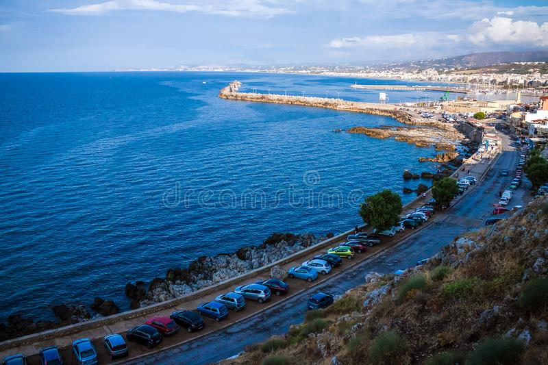 Rethymnon, Крит, Греция - 15-ое августа 2015: Маяк в венецианском порте Rethymnon стоковая фотография rf