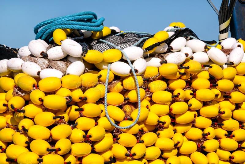 Reti da pesca con i galleggianti gialli sul mucchio, fine su fotografie stock libere da diritti