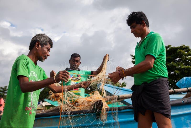 Reti di tirata di Fishermans dall'oceano fotografia stock