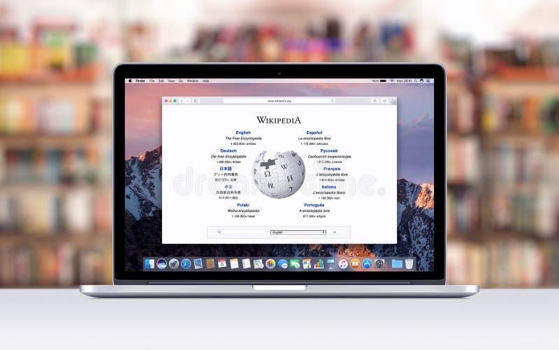 Retina de Apple MacBook Pro con una etiqueta abierta en el safari que muestra la página web de Wikipedia imagenes de archivo