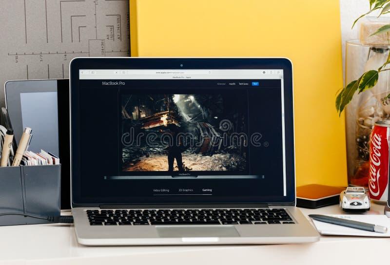 Retina nova de MacBook Pro com barra do toque imagem de stock
