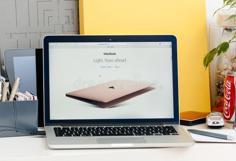 Retina nova de MacBook Pro com barra do toque imagem de stock royalty free