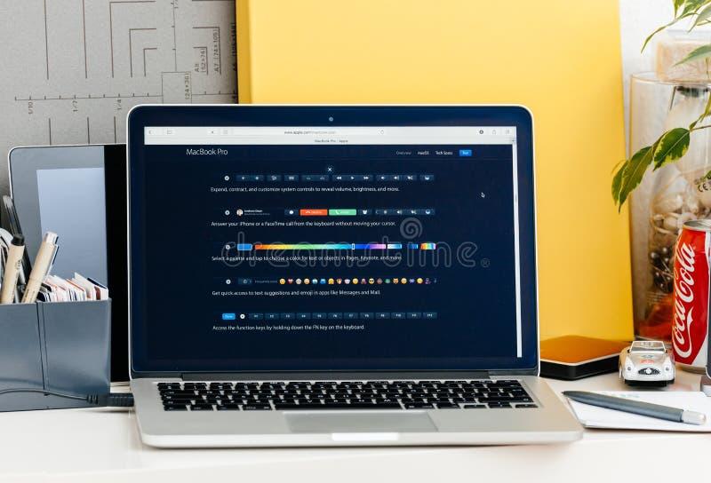 Retina nova de MacBook Pro com a barra do toque com todos os atalhos para o sof imagens de stock royalty free