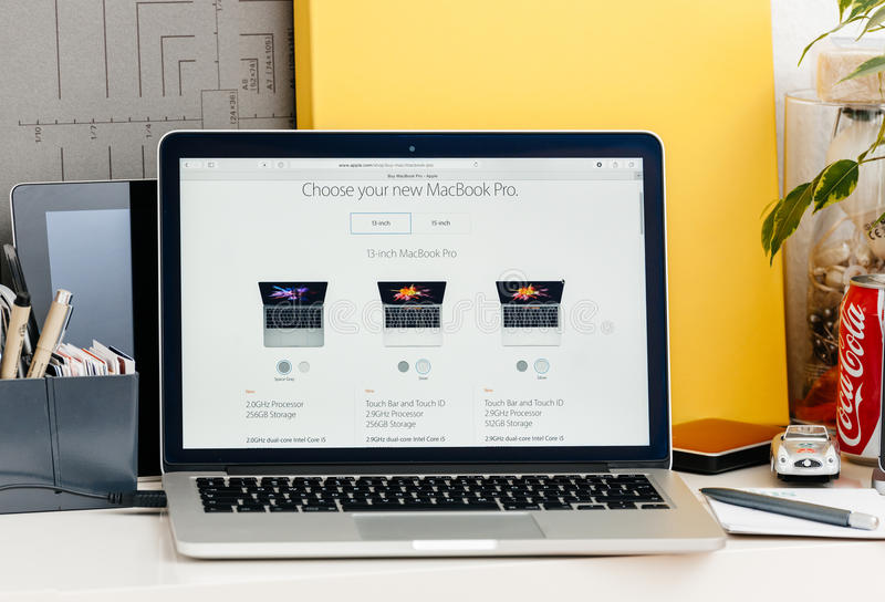 Retina nova de MacBook Pro com barra do toque exposição de 13 polegadas, 15 polegadas d imagens de stock royalty free