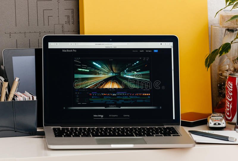 A retina nova de MacBook Pro com final da barra do toque cortou pro fotografia de stock royalty free