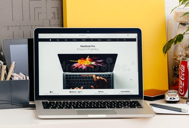 Retina nova de MacBook Pro com mãos humanas da barra do toque usando a barra oled fotos de stock