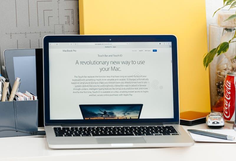 Retina nova de MacBook Pro com maneira revolucionária da barra do toque de usar m imagens de stock royalty free