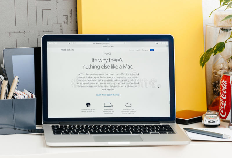 Retina nova de MacBook Pro com serra do macos imagens de stock