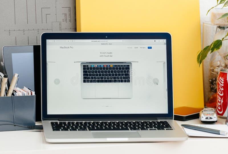 Retina nova de MacBook Pro 13 polegadas de cima de fotografia de stock