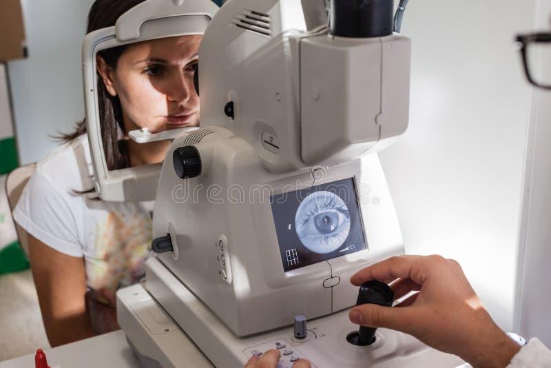 Retinal examen royaltyfri foto