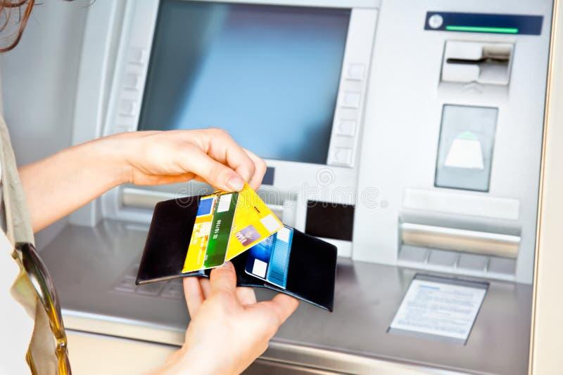 Retirada de fondos con la tarjeta Visa foto de archivo