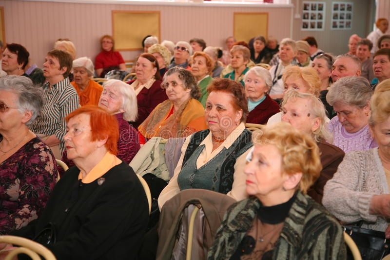Retiran a la audiencia y a la audiencia, los veteranos mayores de la Segunda Guerra Mundial y sus parientes fotografía de archivo libre de regalías