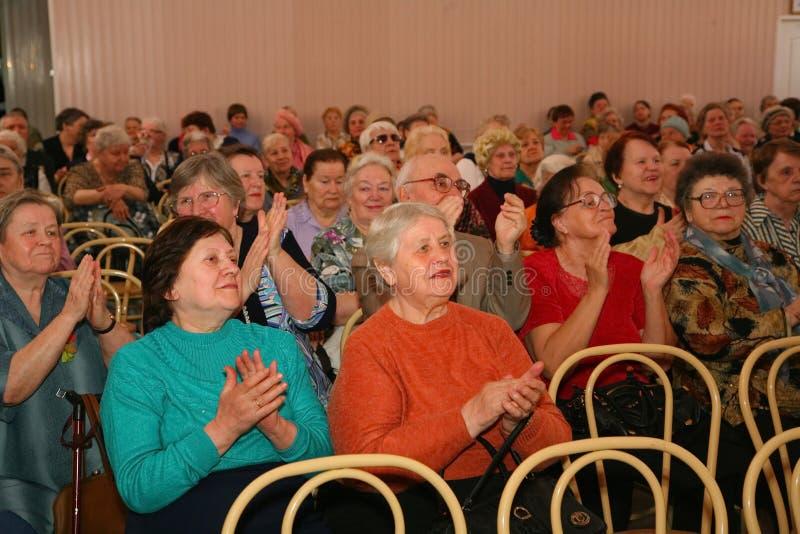 Retiran a la audiencia y a la audiencia, los veteranos mayores de la Segunda Guerra Mundial y sus parientes foto de archivo libre de regalías