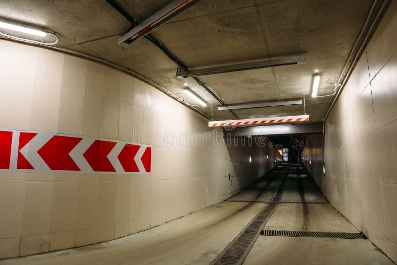 Retire do parque de estacionamento subterrâneo ou do estacionamento no formulário do túnel concreto moderno fotografia de stock royalty free