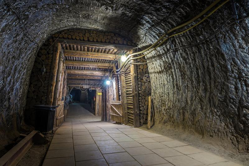 Retire do túnel iluminado da mina subterrânea fotos de stock