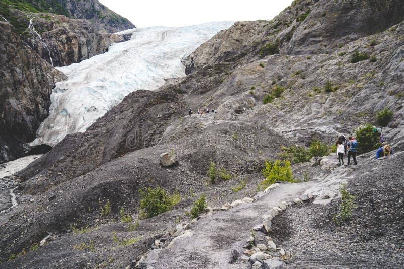 Retire a fuga da geleira com os caminhantes no parque nacional dos fiordes de Kenai em Alaska fotos de stock