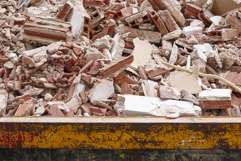 Retiro de la ruina Basura de la construcción Demolición del edificio deva imagen de archivo