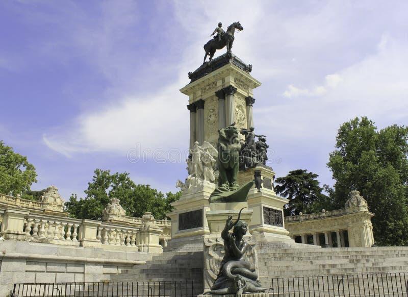 Download Retiro del parque редакционное стоковое изображение. изображение насчитывающей madrid - 40583789