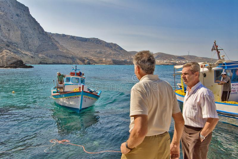 Retorno dos fshermen no cais de Finiki, ilha de Karpathos imagem de stock