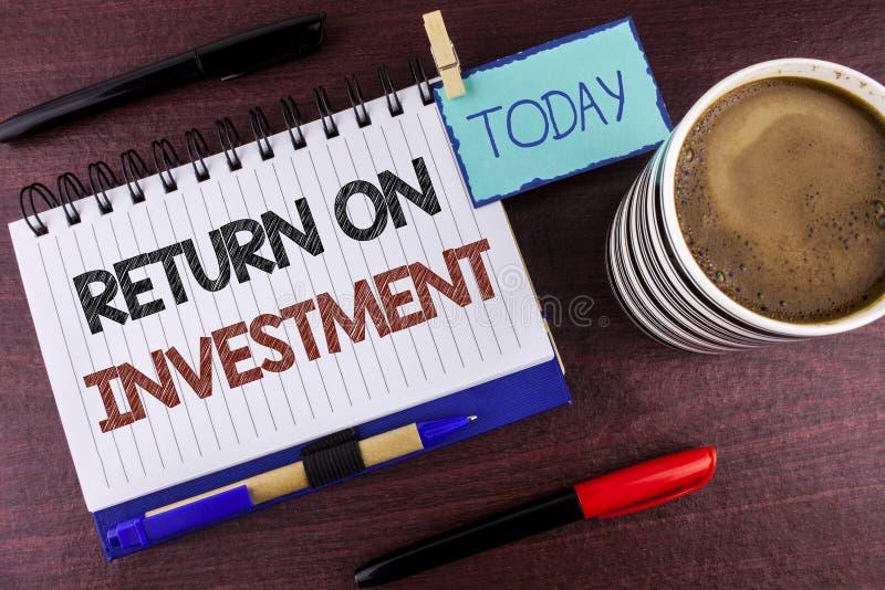 Retorno sobre o investimento do texto da escrita da palavra Conceito do negócio para a medida da avaliação do desempenho de uma e fotos de stock royalty free