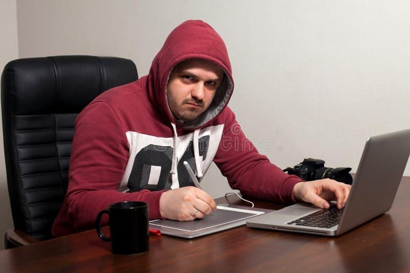 Retoucher работает в офисе стоковое фото