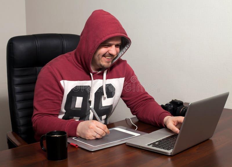 Retoucher работает в офисе стоковое изображение