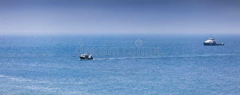 Retours au pays : Les fishermans fatigués embarquent l'approche après une dure journée image stock