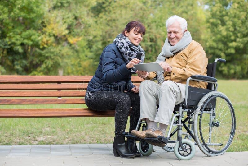 Retraité handicapé en parc photo libre de droits