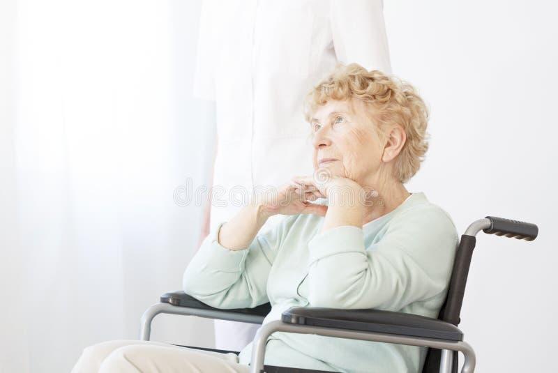 Retraité triste dans le fauteuil roulant image libre de droits