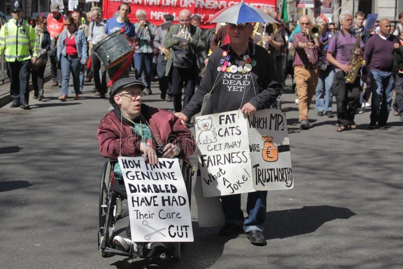 Retraités et handicapé contre des coupes image libre de droits