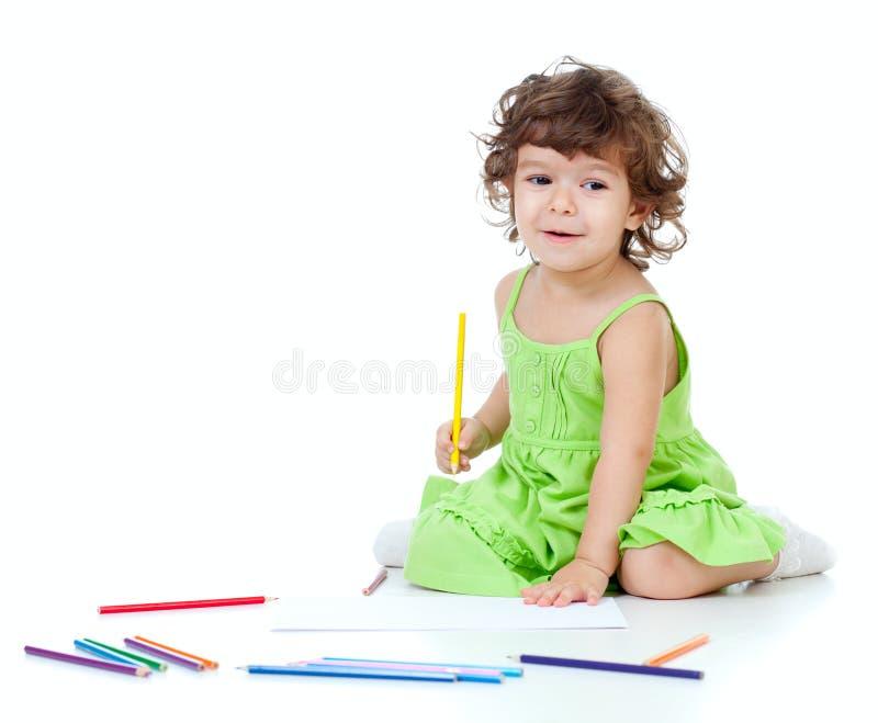 Retrait de petite fille avec le crayon jaune photo stock