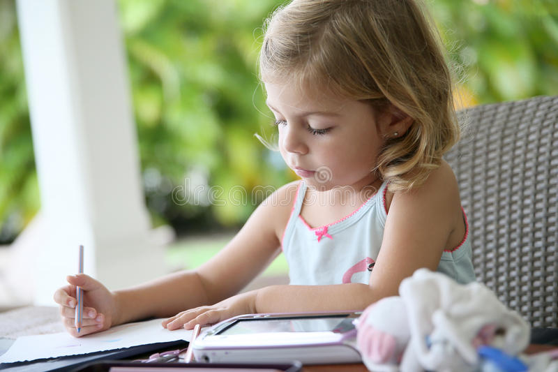 Retrait de petite fille sur le papier photo stock