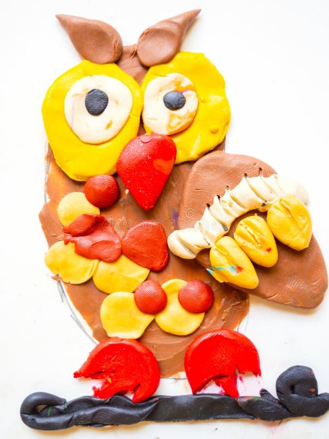 Retrait du `s d'enfant dessin de hibou par la pâte à modeler, oiseau de peinture artistique, oisillon pelucheux mignon photo libre de droits