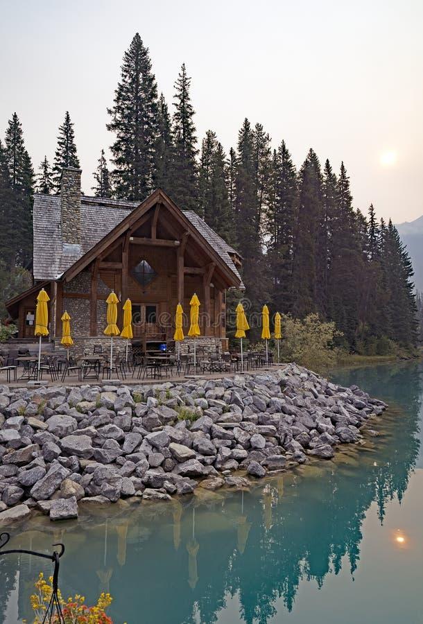 Retraite en bois sur le lac vert AVANT JÉSUS CHRIST photos stock