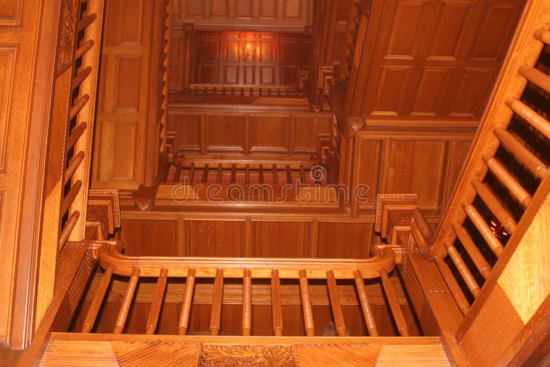 Download Retranchez-vous l'escalier image stock. Image du intérieurs - 734713