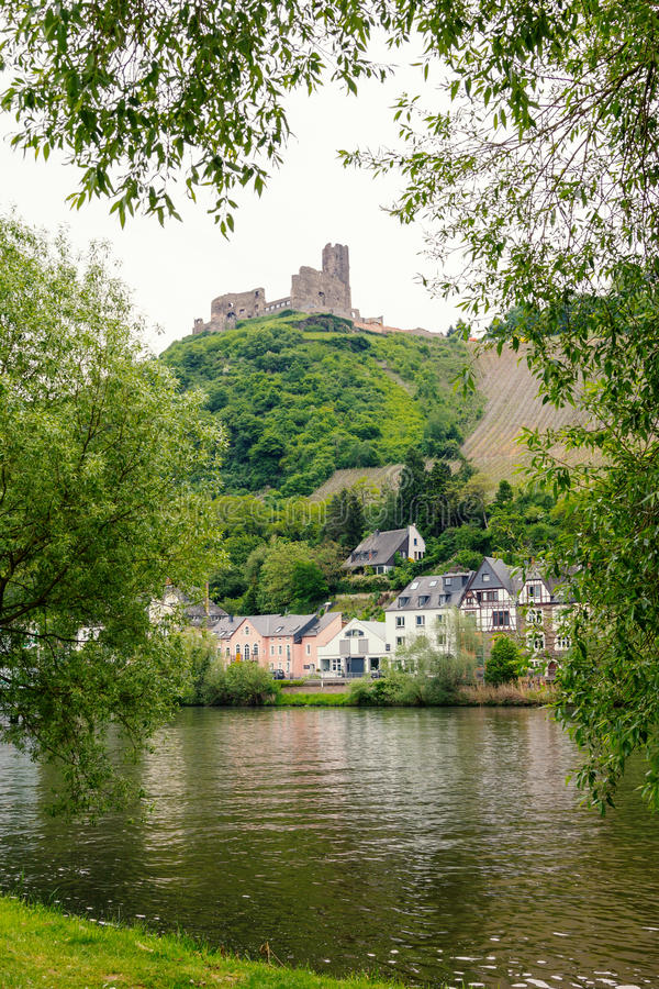 Retranchez-vous la ruine au-dessus du village de bernkastel et de la rivière de la Moselle photo stock