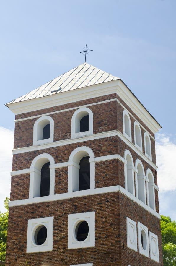 Retranchez-vous la tour avec une croix sur le dessus photographie stock