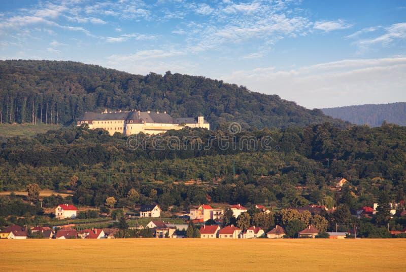 Retranchez-vous les kamen et le village Casta, Slovaquie de Cerveny images stock
