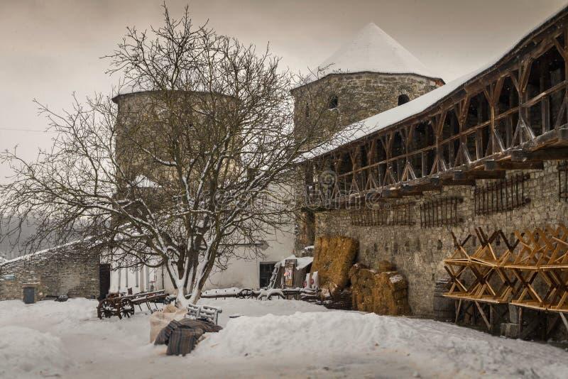 Retranchez-vous les murs et les tours de la ville Kamenetz-Podolsk photo libre de droits