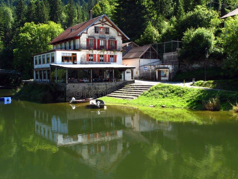 Retratamiento de la pesca, Saut-de-Doubs, Suiza/Francia imagen de archivo