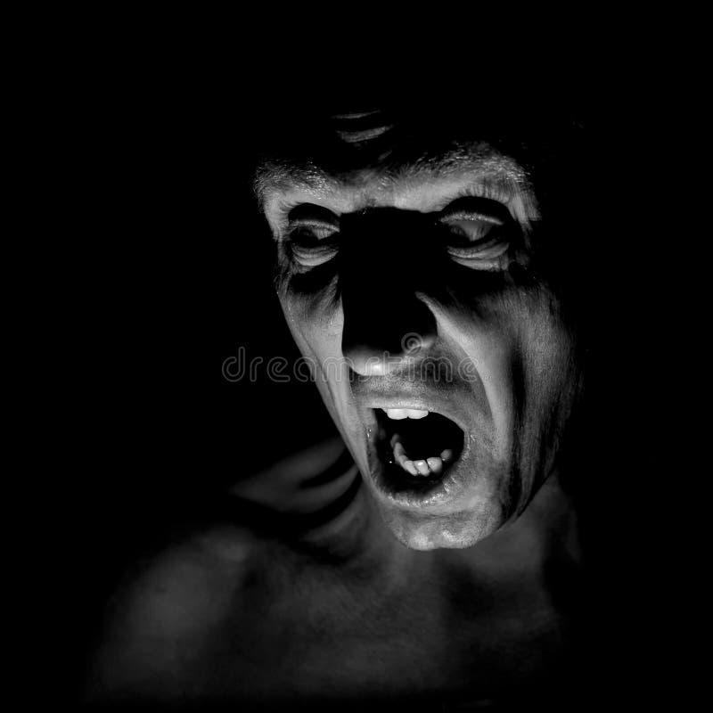 Retrato à moda do homem caucasiano adulto com a cara muito irritada e que parece como o maníaco ou o diabo fotos de stock royalty free