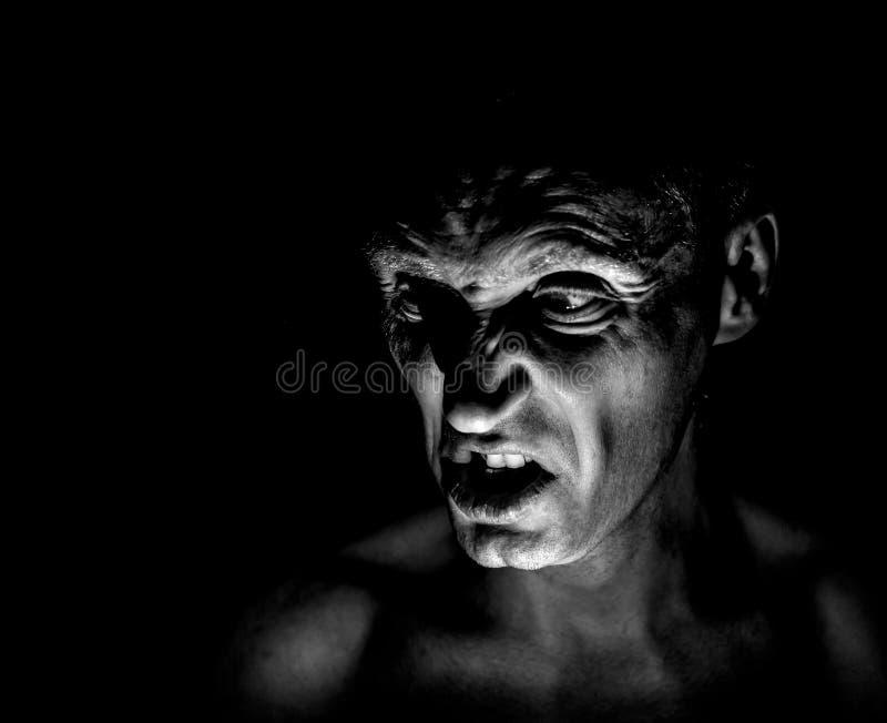 Retrato à moda do homem caucasiano adulto com a cara muito irritada e que parece como o maníaco ou o diabo foto de stock royalty free