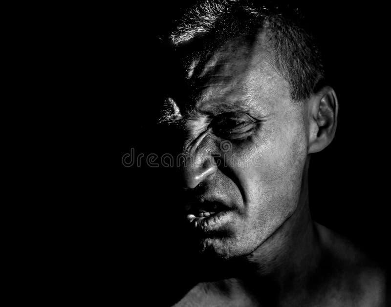 Retrato à moda do homem caucasiano adulto com a cara muito irritada e que parece como o maníaco ou o diabo imagens de stock
