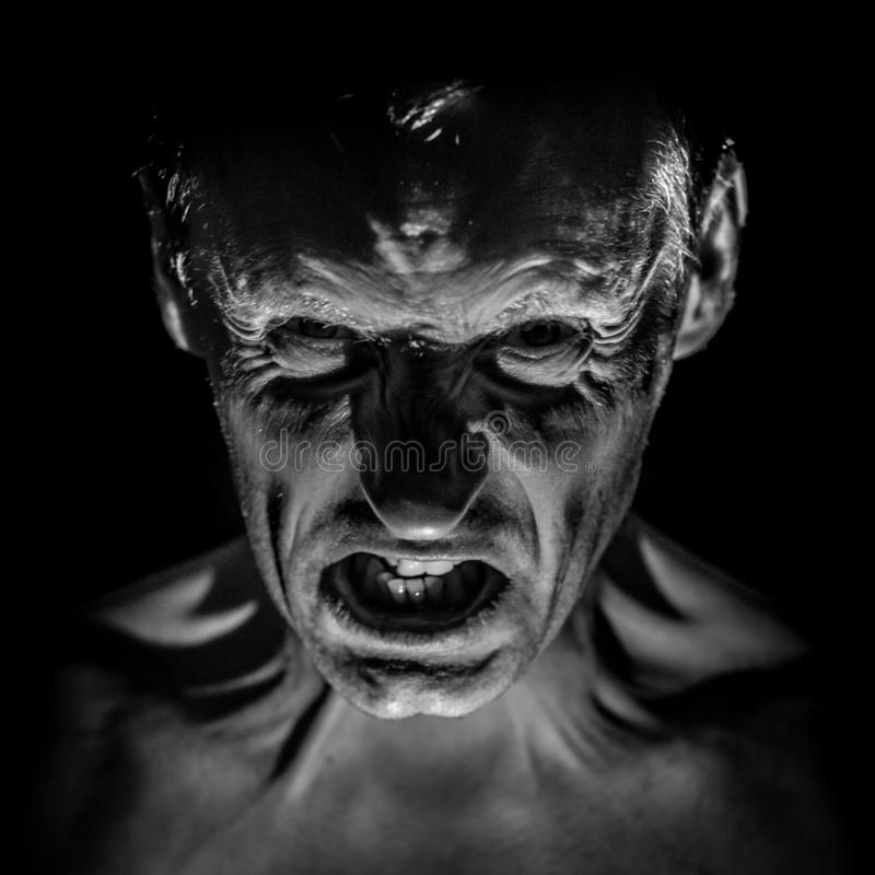 Retrato à moda do homem caucasiano adulto com a cara muito irritada e que parece como o maníaco ou o diabo imagens de stock royalty free