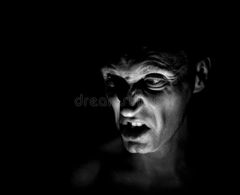 Retrato à moda do homem caucasiano adulto com a cara muito irritada e que parece como o maníaco ou o diabo fotografia de stock royalty free